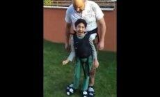 Milline lapsevanem! See video oma halvatud pojaga mängivast isast murrab südame