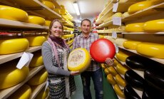 Erika Pääbus ja Aivar Alviste töötlevad oma talupiima juustuks.