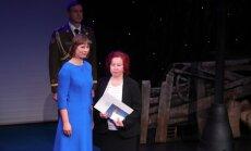PÄEVAPILT: Maalehe ajakirjanik Silja Lättemäe sai presidendi käest teenetemärgi
