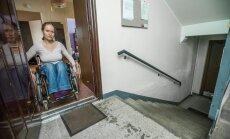 Liikumispuudega naine pidi tööst loobuma, sest ei pääse ratastooliga korterist välja