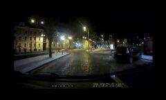 ВИДЕО: Момент падения столбов на площади Вабадузе попал на камеру