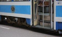 Lugeja: nägin, kuidas koolipoiss hüppas sõitvast trammist välja!