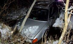 DELFI FOTOD ja VIDEO: Viljandimaal sõitis Audi ojja