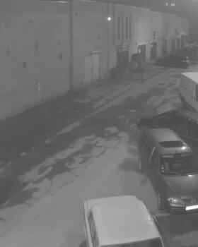 VIDEO: Lasnamäel laamendasid noorukid auto kallal