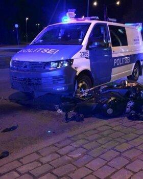 Politsei rammis mootorratast