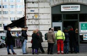 Inimesed Genfis valuutavahetuskontori ukse taga järjekorras.