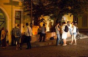Vanalinna elanikud kurdavad ööpäevaringselt avatud baarist kostva müra üle.