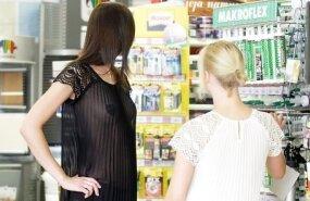 Девушки в неглиже продают краски в столице Литвы