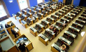 Riigikogu kantselei on ületundide tõttu maksnud ligi 30 000 eurot lisatasusid
