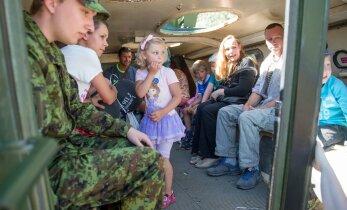 DELFI FOTOD: Kaitseliidu perepäeval peeti maha näidislahing ning sai pugeda soomukisse
