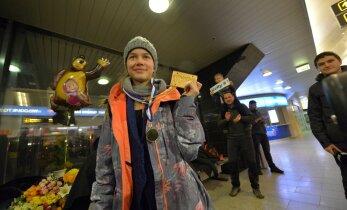 VIDEO JA FOTOD: Kuldne Kelly, tere tulemast koju! Kelly Sildarut tervitati lennujaamas laulu ja kuulsa võidutantsuga