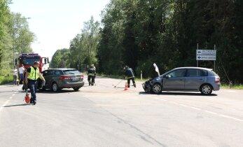 Liiklusõnnetuste kroonika: Järvamaal tegi noor mees renditraktoriga avarii, liikluses andsid tooni õnnetused jalakäijate ja erinevate ratturitega