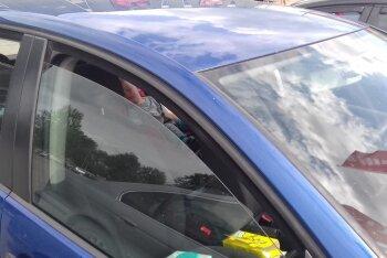 LUGEJA FOTOD: Kas selline on normaalne lapsevanem, kes jätab lapse pea 20 minutiks üksi autosse?