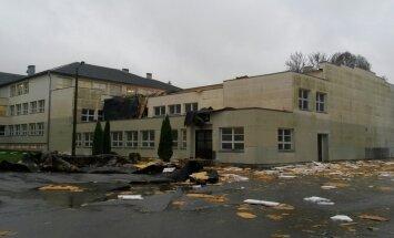 FOTO: Torm viis Paide Ühisgümnaasiumi võimlalt katuse
