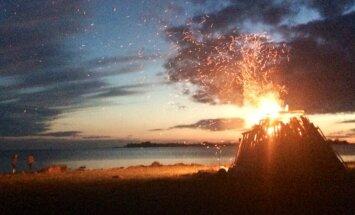 FOTOD: Milline värvide ja valguse mäng! VAATA lugejate fotosid muinastulede öö puhul Eesti randades süttinud lõketest