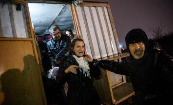 Nimekat Türgi kirjanikku Aslı Erdoğani (keskel) hoiti Bakırköy vanglas 16. augustist 29. detsembrini. Tänu tema kirjanikest sõprade abile jõudis Erdoğani vangistus ka maailma meediasse.