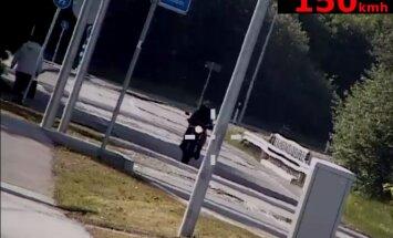 VIDEO: Purjus juhiloata mootorrattur ületas kiirust enam kui 100 km/h