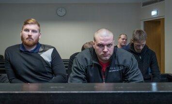 Siim Silgu (vasakul) ja Helari Tamm (keskel) olid kaks huuletubakakartelli ninameest. Kokku oli eile kohtu all ja mõisteti süüdi 11 isikut.