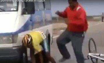 Egiptuse rattatreener kasutab õpilase kallal vägivalda