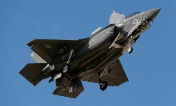 F-35B on populaarne. Sellel fotol teeb lennuk Singapuri esindajatele Arizona kohal demonstratsioonlendu.