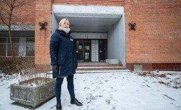 TÜ Narva kolledži direktor Kristina Kallas näitab kohta, kuhu eesti keele maja tulla võiks. Endise Baltijetsi tehase ruumidesse tahetakse paigutadaka Vaba Lava teatrikeskus, ETV+ stuudio, idufirmade loomeinkubaator jm.