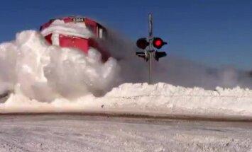 VIDEO: vaata, kuidas rong surub end läbi Põhja-Ameerikas maha sadanud lumemassist