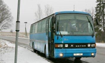 Kiidusõnad Saaremaalt Raplani: bussijuht jättis lõuna vahele ja viis lapse koju, teisel juhul küsis kaasreisijatelt vanuri aitamiseks luba