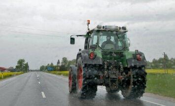 Traktor maanteel