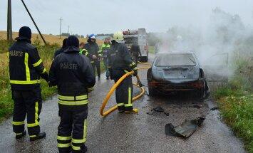 FOTO: Tartumaal põles sõiduauto suure leegiga