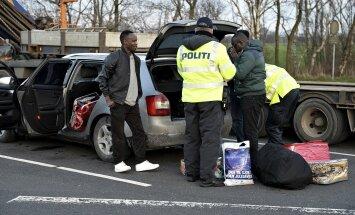 Taani on taastanud piirikontrolli ja karmistanud varjupaigataotlejaid puudutavaid seadusi. Pildil uurivad Taani politseinikud Saksamaalt saabunud piiriületajate autot.
