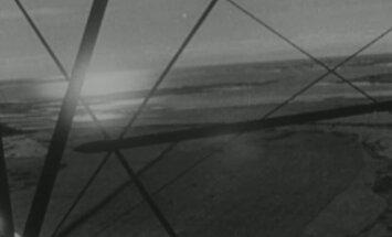 AINULAADSED FILMIKAADRID: Veel suitsevad majad, saksa sõjavangid ja õhuvõtted lahingujärgsest Kuressaarest näitavad sõja tõelist palet