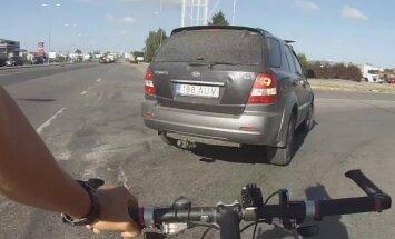 VIDEO: Hoolimatu autojuht keeras järsult jalgratturile ette
