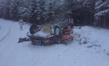 FOTOD: Kris Meeke keeras Rootsis testisõidul auto katuse peale
