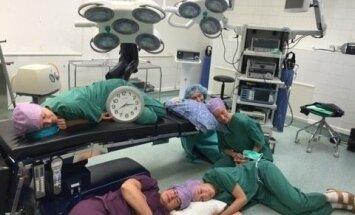 ФОТО: Врачи и медсестры пришли на работу с подушками