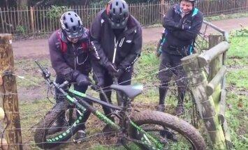 VIDEO: Loll lugu: mehed jäid rattaga elektrikarjusesse kinni