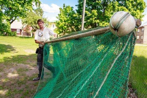 Elukutseline kalur Raio Piiroja näitab mõrralina, mille silma suuruse tõttu tekkis äkki tüli ja keeld Pärnu lahes kala püüda.
