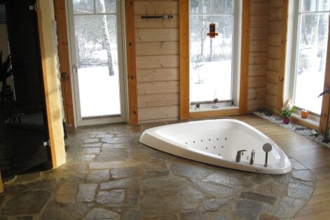 """""""Minu stiilne koduspaa"""": Põrandasse """"uputatud"""" vanni ja aurusaunaga"""