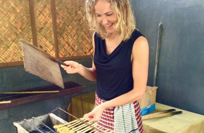 Loo autor Silja Luide tutvus Balil kohalike köögikunstiga. Valmivad satay-vardad.