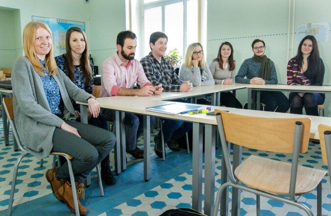 Anette Parksepp (paremalt neljas) õpib rahvusvahelisel kursusel Euroopa Liidu ja Venemaa suhteid, et saada paremaks ajakirjanikuks.