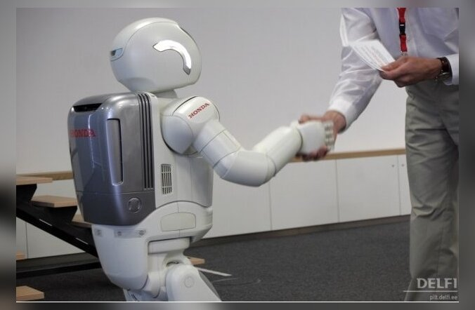 Inimrobot surub inimese kätt