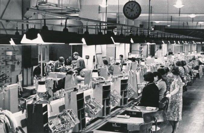 Radioolade Estonia 4 monteerimise konveier Raadio-Elektroonika Tehases (toona Punane RET) 1966. aastal