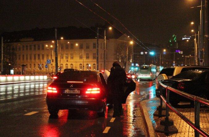 FOTOD: Savisaar rikkus koos salapärase daamiga liikluseeskirju?