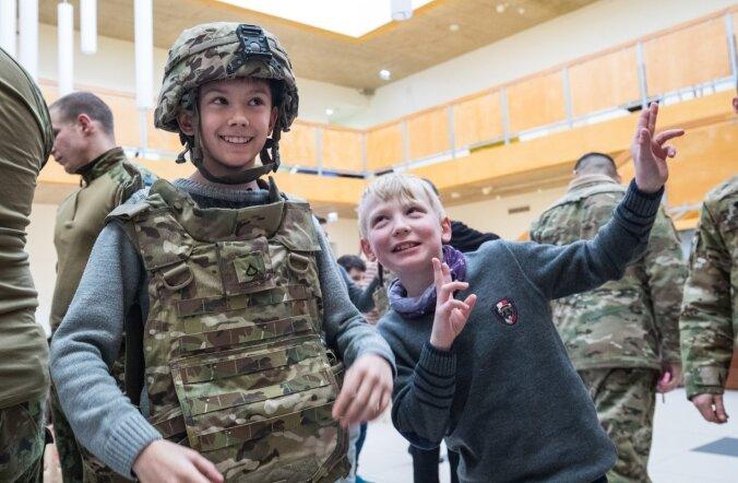 Sinimäe kooli lastele pakkus sõjameeste varustuse selgaproovimine palju rõõmu.