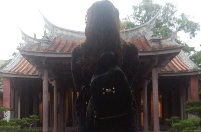 KÕIK HOROSKOOBI JÄRGI: Tainani inimesed jälgivad väga üksikasjalikult horoskoope. Iga päeva kohta on antud, kas taevased jõud soosivad abiellumist, nõudepesu või telekavaatamist. Sellele neiule soovitas horoskoop napis rõivastuses templisse minna.