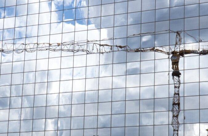 Kraana peegeldus klaasfassaadil.