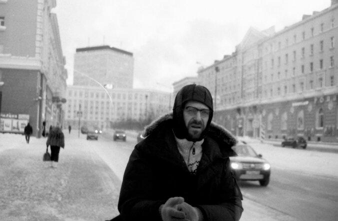 Ivo Uukkivi Norilski peauulitsal. Seal on vanade stalinistlike majade fassaadid kirkaks värvitud. Valdavalt on linnas aga hallid ja inetud paneelelamud, nagu näeme alumisel pildil.