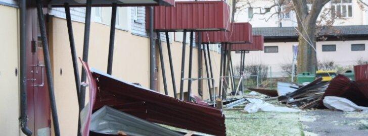 Plekk-katus lendab tugeva tuule tõttu minema harilikult koos puitkonstruktsiooniga.