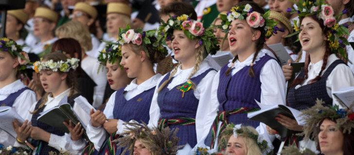 ФОТО и ВИДЕО: В Литве тысячи людей исполнили