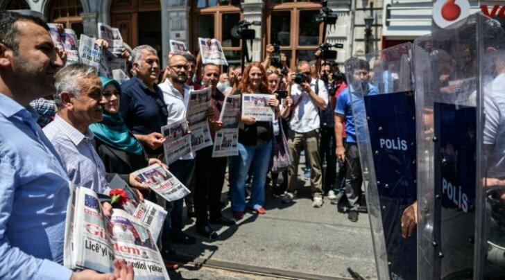 Protestijad seisavad Istanbuli kesklinnas sõnavabaduse eest. Türgi vanglates on praegu kinni peetud 151 ajakirjanikku ja kirjanikku. Enamik neist on saanud süüdistuse terrorismile kaasaaitamises.