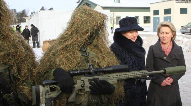 Saksamaa kaitseminister Ursula von der Leyen (paremal) seisab oma riigi kaitsevõime taastamise eest. Veebruari alguses inspekteeris ta Leedu presidendiDalia Grybauskaitėga äsja NATO liitlaspanusena Leetu jõudnud Saksa kaitseväe üksusi.